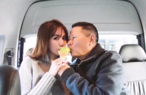 Hình ảnh cặp đôi nhí ăn chung kem khiến nhiều người không khỏi bất ngờ về độ trẻ trung của tỷ phú Hoàng Kiều.