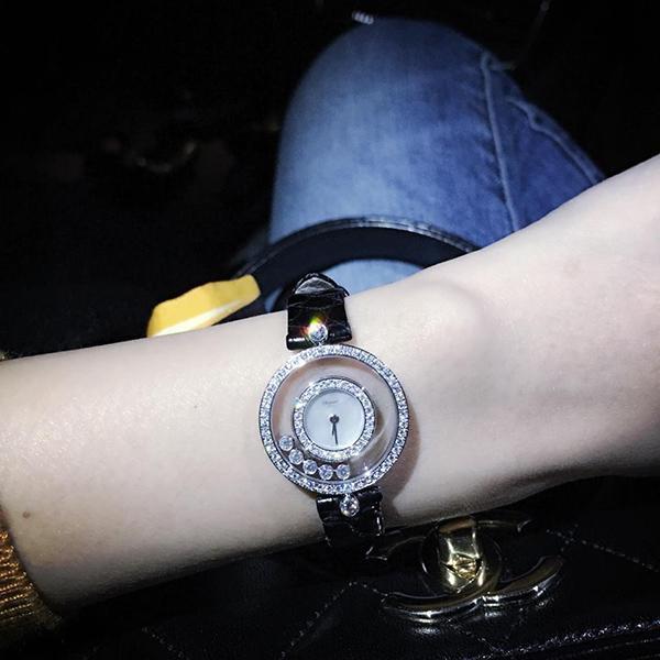 Nữ ca sĩ không quên khoe đồng hồ tiền tỉ với mọi người.