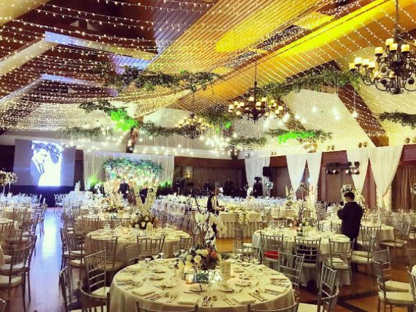 Không gian tiệc cưới với trang trí lung linh và ấm áp.  Trước đó, hôn lễ theo truyền thống của đạo Công Giáo đã được tổ chức tại nhà thờ Sanctuario De San Antonio. Đây cũng là nơi đám cưới của Hà Tăng và Louis Nguyễn được tổ chức. Nếu muốn tổ chức lễ cưới ở đây, bạn phải đặt trước từ 3 tháng đến 1 năm.