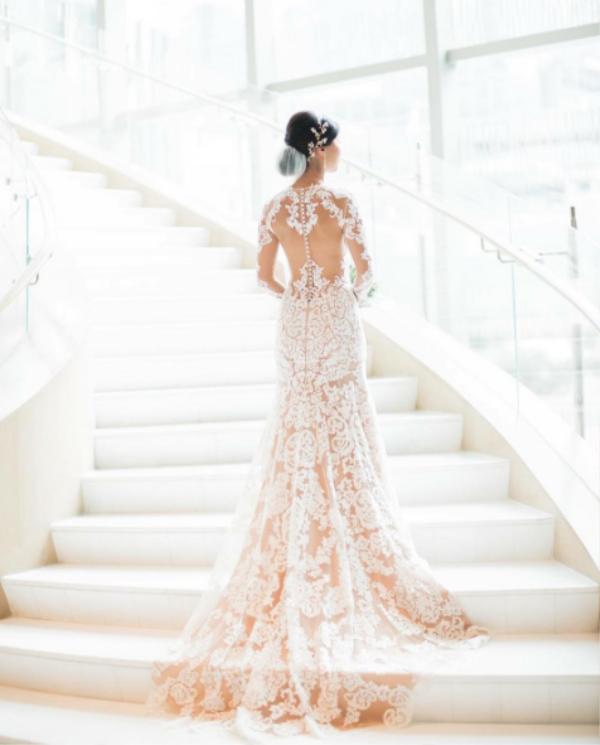 Cô dâu với váy cưới đuôi cá sang trọng của nhà thiết kế Trương Thanh Hải.