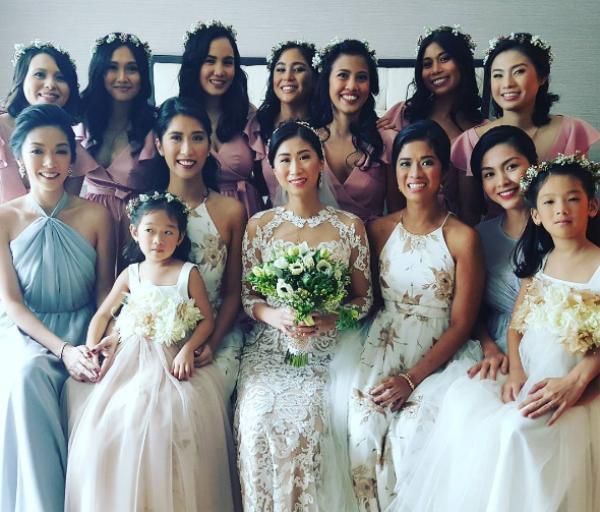 Cô dâu cùng các chị em và dàn phù dâu.