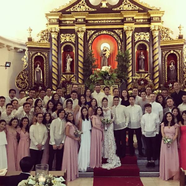 Cô dâu, chú rể chụp ảnh cùng đại gia đình và bạn bè.  Tiệc chiêu đãi tại câu lạc bộ Polo Manila cũng đã diễn ra trong không khí rất ấm áp với sự tham gia của bạn bè và gia đình cặp đôi này.