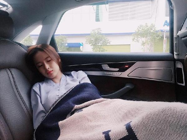 Khoảnh khắc ngủ gật trên xe ô tô của Angela Phương Trinh khiến đông đảo người hâm mộ phải ngẩn ngơ.