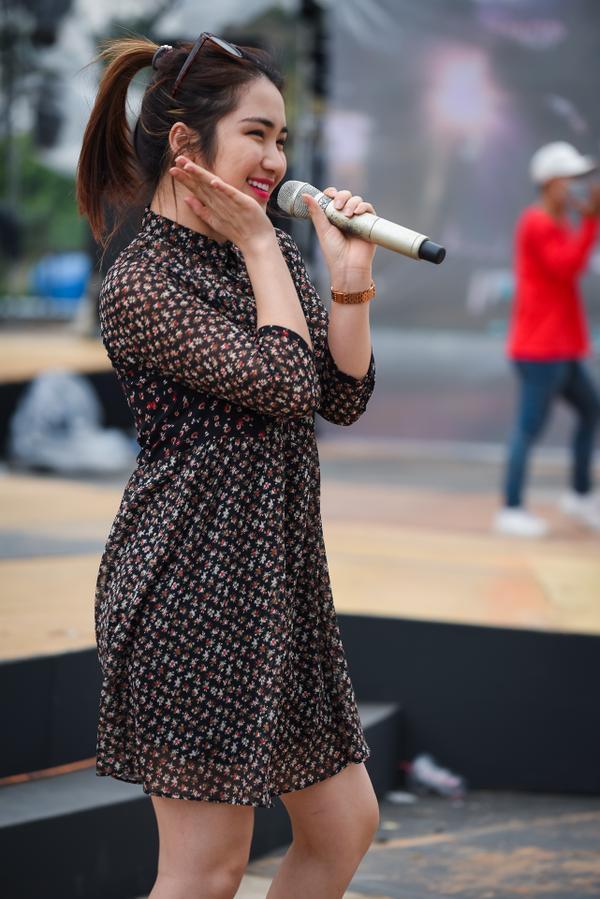 Đông Nhi đi siêu xe tiền tỷ xuất hiện lạnh lùng trong buổi tổng duyệt chương trình ca nhạc
