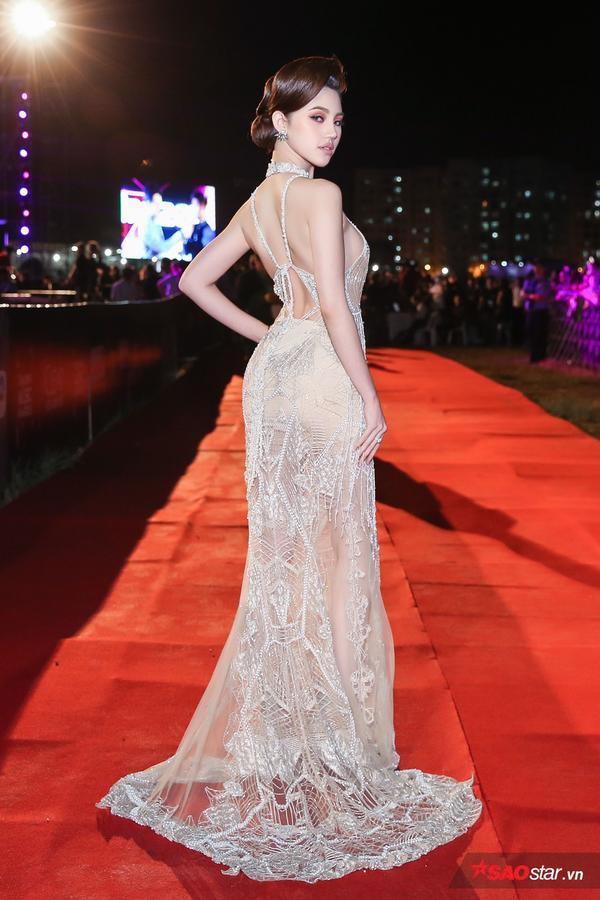 Jolie Nguyễn 'đụng hàng' thiên thần Victoria's Secret Jourdan Dunn với váy gần 300 triệu