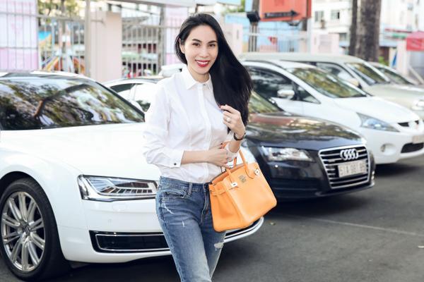 Thuỷ Tiên tự lái xe đến ủng hộ đội bóng của chồng thi đấu.