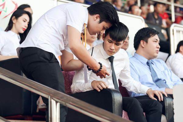 Công Vinh liên tục bận rộn với công việc trong suốt trận đấu.