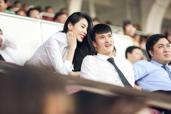 Trong suốt trận đấu, Thuỷ Tiên cổ vũ nồng nhiệt cho đội bóng của chồng.