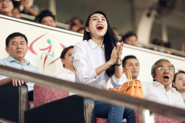 Nữ ca sĩ vô cùng phấn khích cổ vũ.