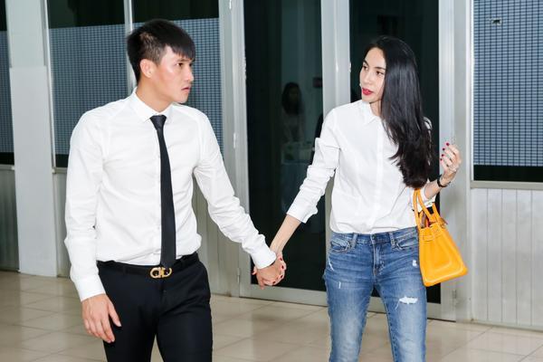 Cả hai tay trong tay vào phòng VIP của sân Thống Nhất để gặp gỡ một vài người bạn.