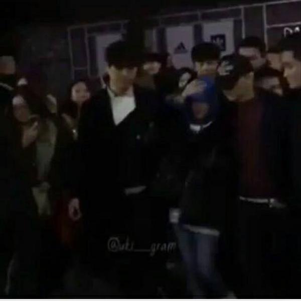 G-Dragon vừa bảo vệ, vừa hôn Dara trước hàng trăm fan
