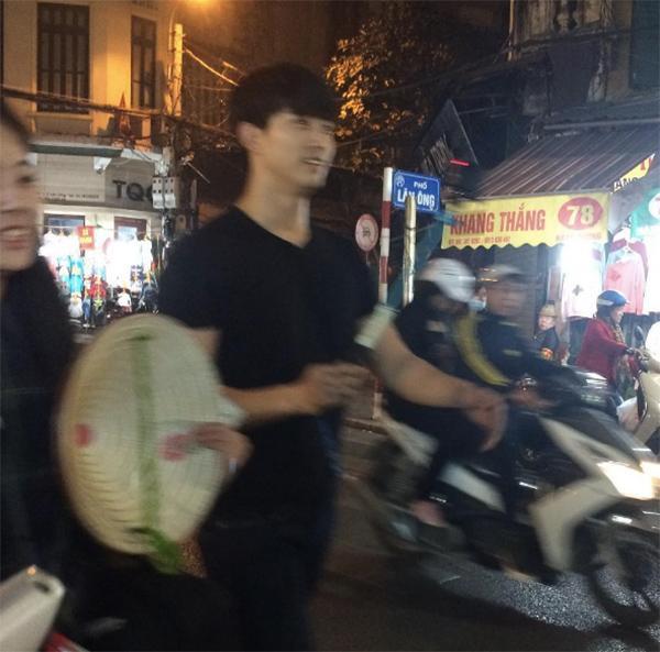 Taecyeon (2PM) thích thú ăn chả cá, khám phá phố cổ Hà Nội