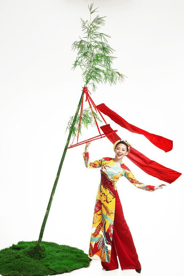 """Cô ca sĩ cá tính và quyến rũ bậc nhất Vbiz hiện nay - Tóc Tiên, lại là người đại diện cho biểu tượng """"Cây nêu ngày Tết"""" cùng thông điệp """"Hạnh phúc an lành"""". Nhắc đến hình ảnh cây nêu, người Việt Nam nào cũng biết đến sự tích ngày và thường kể cho nhau nghe vào mỗi độ Xuân về."""