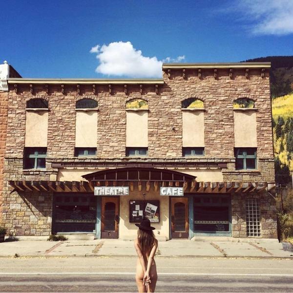 Nhiếp ảnh gia nóng bỏng 'khỏa thân đi khắp thế gian' - ảnh 9