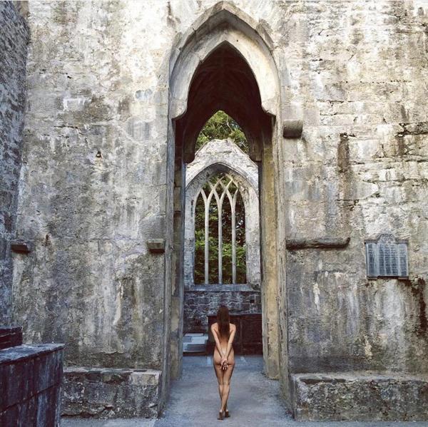 Nhiếp ảnh gia nóng bỏng 'khỏa thân đi khắp thế gian' - ảnh 12