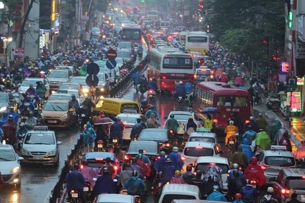 Hà Nội tắc đường nghiêm trọng do trời mưa tầm tã - ảnh 1