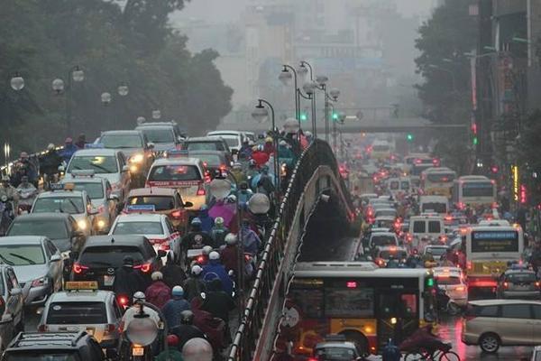 Hà Nội tắc đường nghiêm trọng do trời mưa tầm tã - ảnh 2