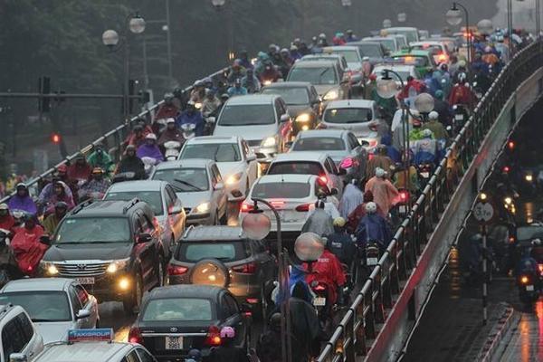 Hà Nội tắc đường nghiêm trọng do trời mưa tầm tã - ảnh 3