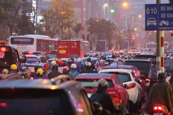 Hà Nội tắc đường nghiêm trọng do trời mưa tầm tã - ảnh 4