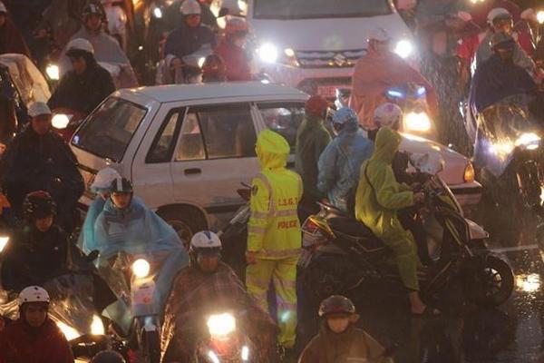 Hà Nội tắc đường nghiêm trọng do trời mưa tầm tã - ảnh 6