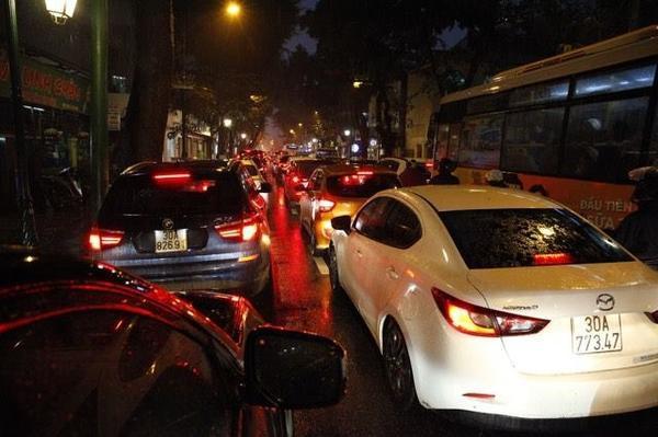 Hà Nội tắc đường nghiêm trọng do trời mưa tầm tã - ảnh 7