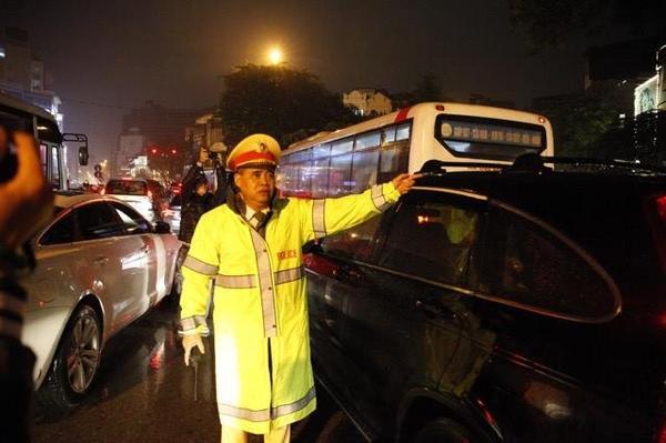 Hà Nội tắc đường nghiêm trọng do trời mưa tầm tã - ảnh 8