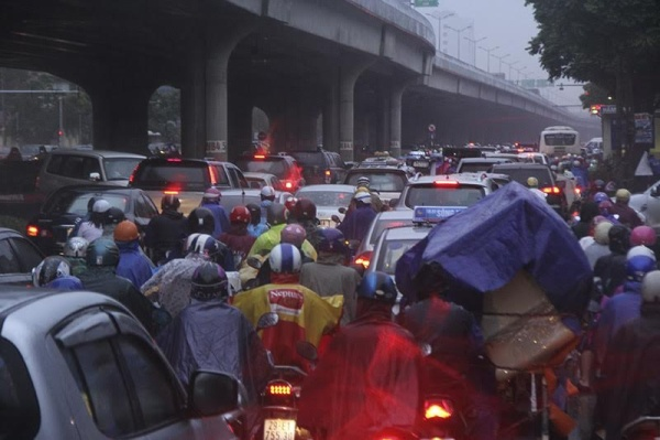 Hà Nội tắc đường nghiêm trọng do trời mưa tầm tã - ảnh 10