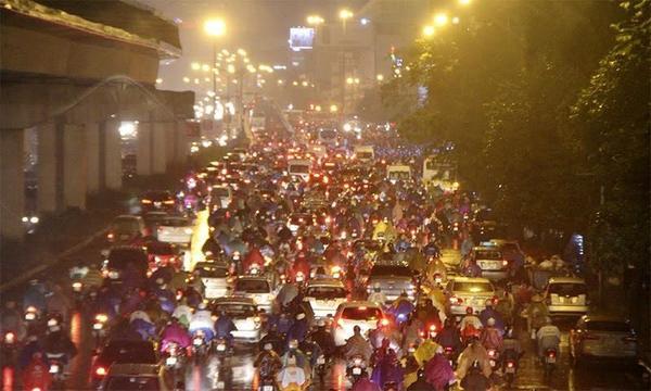 Hà Nội tắc đường nghiêm trọng do trời mưa tầm tã - ảnh 11