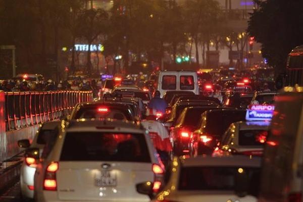 Hà Nội tắc đường nghiêm trọng do trời mưa tầm tã - ảnh 13