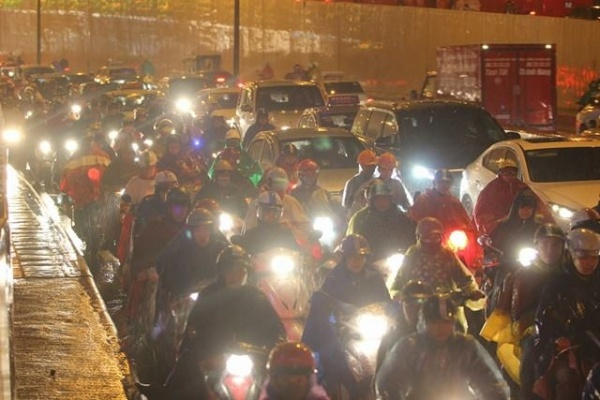Hà Nội tắc đường nghiêm trọng do trời mưa tầm tã - ảnh 14