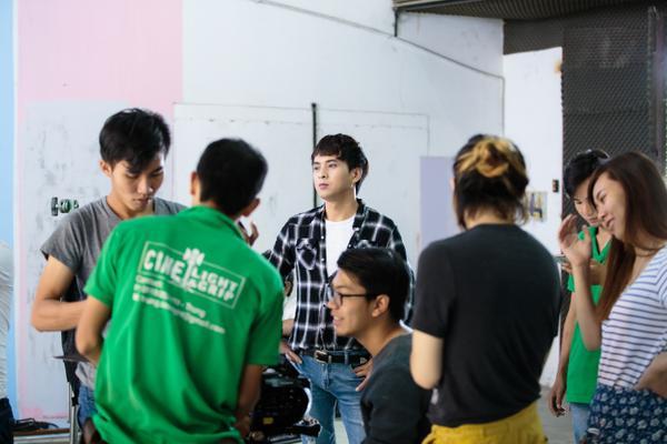 Hồ Quang Hiếu chiều lòng fan, hóa 'gà con' nhắng nhít trong MV mới - ảnh 12