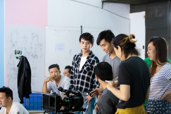 Hồ Quang Hiếu chiều lòng fan, hóa 'gà con' nhắng nhít trong MV mới - ảnh 3