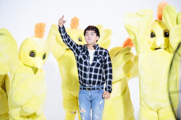 Hồ Quang Hiếu chiều lòng fan, hóa 'gà con' nhắng nhít trong MV mới - ảnh 2