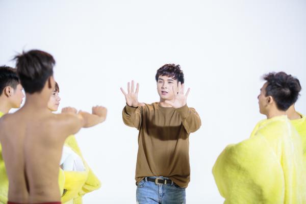 Hồ Quang Hiếu chiều lòng fan, hóa 'gà con' nhắng nhít trong MV mới - ảnh 9