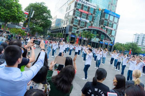 Mr. Đàm cùng Nguyễn Hồng Thuận gây náo loạn phố đi bộ với dàn trai đẹp 6 múi - ảnh 7