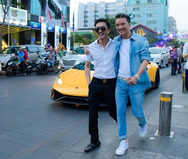 Mr. Đàm cùng Nguyễn Hồng Thuận gây náo loạn phố đi bộ với dàn trai đẹp 6 múi - ảnh 3