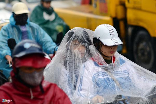 Cảnh khốn khổ trong mưa rét trên đường phố Hà Nội