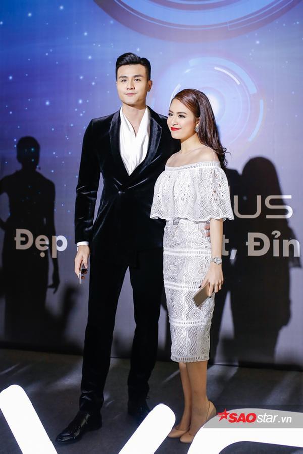 Nếu như Vĩnh Thụy chọn phong cách lịch lãm thường thấy thì Hoàng Thùy Linh lại nữ tính không ngờ xuất hiện cạnh bạn trai.