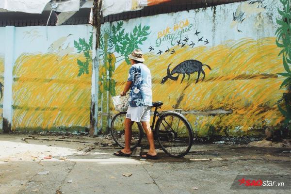 Người họa sĩ già đi vẽ 'mùa xuân' trong con hẻm nhỏ giữa Sài Gòn