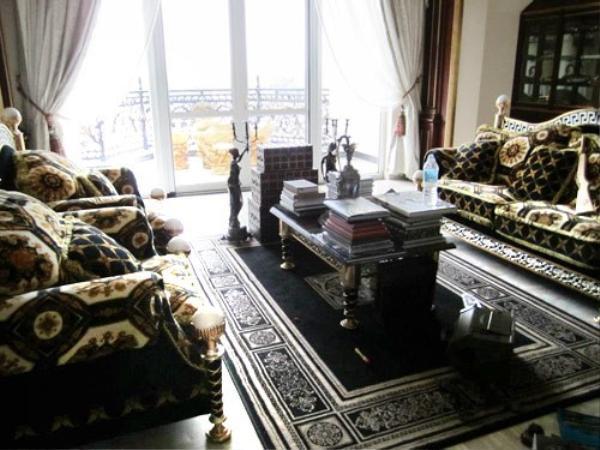 Bên trong được trang hoàng bởi nội thất vô cùng xa xỉ.