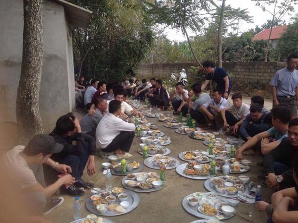 Đã ăn cỗ thì phải mỗi người một mâm, ngồi dọc đường làng như thế này mới là 'chất nhất Vịnh Bắc Bộ' ảnh 2