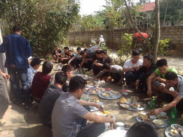 Đã ăn cỗ thì phải mỗi người một mâm, ngồi dọc đường làng như thế này mới là 'chất nhất Vịnh Bắc Bộ' ảnh 3