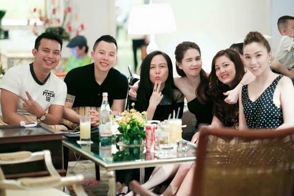 Trước đó, Ngọc Trinh cũng thoải mái đi cà phê, trò chuyện với Khắc Tiệp, người mẫu Quỳnh Thư, NTK Đỗ Long, doanh nhân Phượng Chanel…