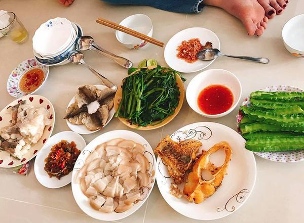 Bữa cơm trưa giản dị của Ngọc Trinh.