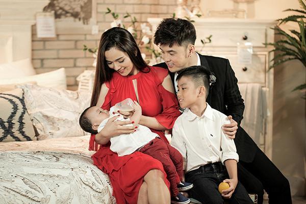 Kể từ khi có quý tử Quốc Minh, cuộc sống của cặp đôi Ưng Hoàng Phúc - Kim Cương thay đổi rất nhiều.
