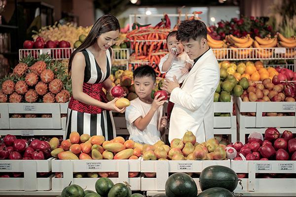 Trong suốt buổi chụp hình, Hưng Phát chính là cậu bé thân thiện, tràn đầy năng lượng và rất quan tâm đến em trai nhỏ của mình.