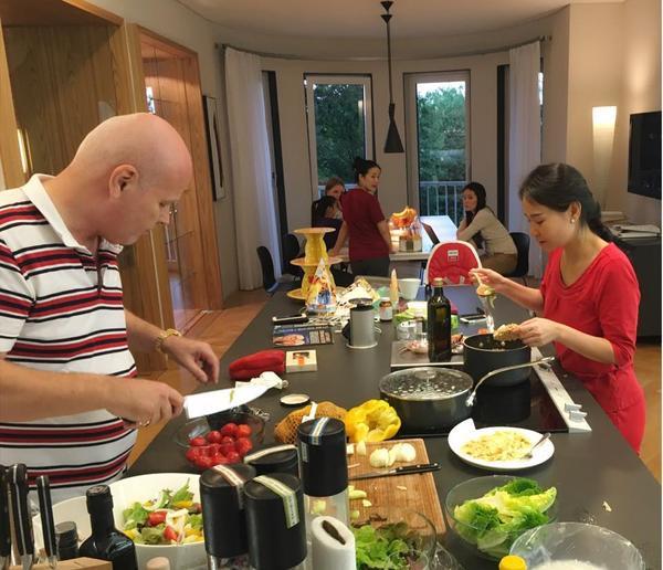 Đằng sau ánh đền sân khấu, Thu Minh trở về với hình ảnh người vợ đảm đang. Mỗi khi vào bếp, nữ ca sĩ trổ tài nấu đồ Việt còn ông xã lại làm món Tây cho gia đình ăn.