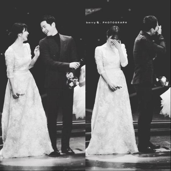 Họ chẳng ngần ngại vui cười cùng nhau trên sân khấu nhận thưởng.