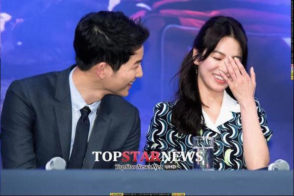 Ngay cả đi họp báo mà Song Joong Ki và Song Hye Kyo cũng trêu chọc nhau và không che dấu nỗi nụ cười tươi thế này.