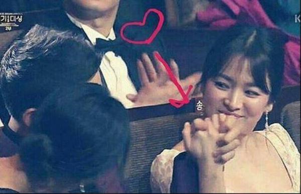 Nắm thật chặt tay nhau khi cả hai nhận được giải thưởng Baeksang danh giá.